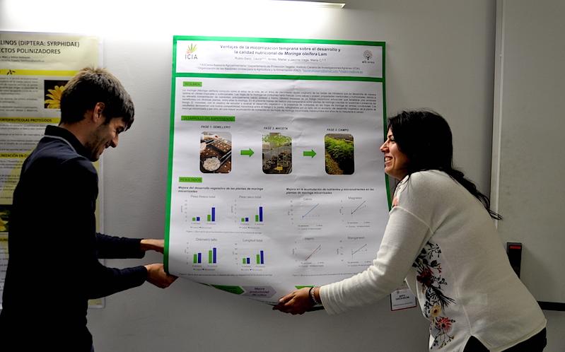 Marta XX y Julio Quilis, colocando los carteles con las aportaciones de