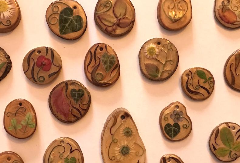 Con secciones de ramas de olivo, Inma crea colgantes a base de flores secas. También teje micro macramé.