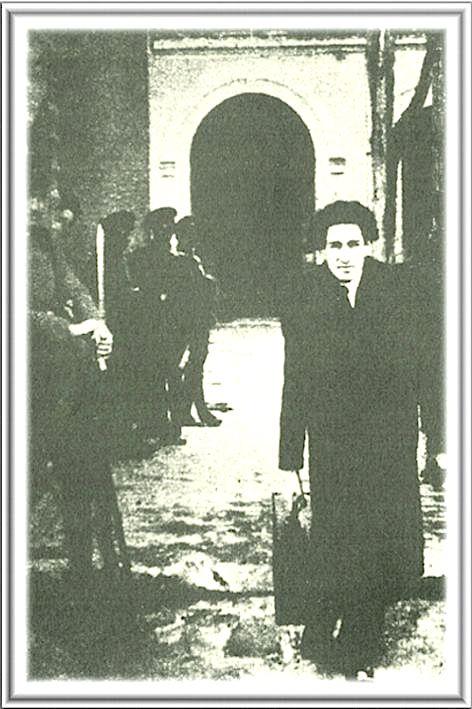 Pascual i Beltran. Foto de 1932, tomada de http://cuestionatelotodo.blogspot.com.es/. Por los guardias que aparecen y la puerta del fondo, se diría que está saliendo de una prisión.