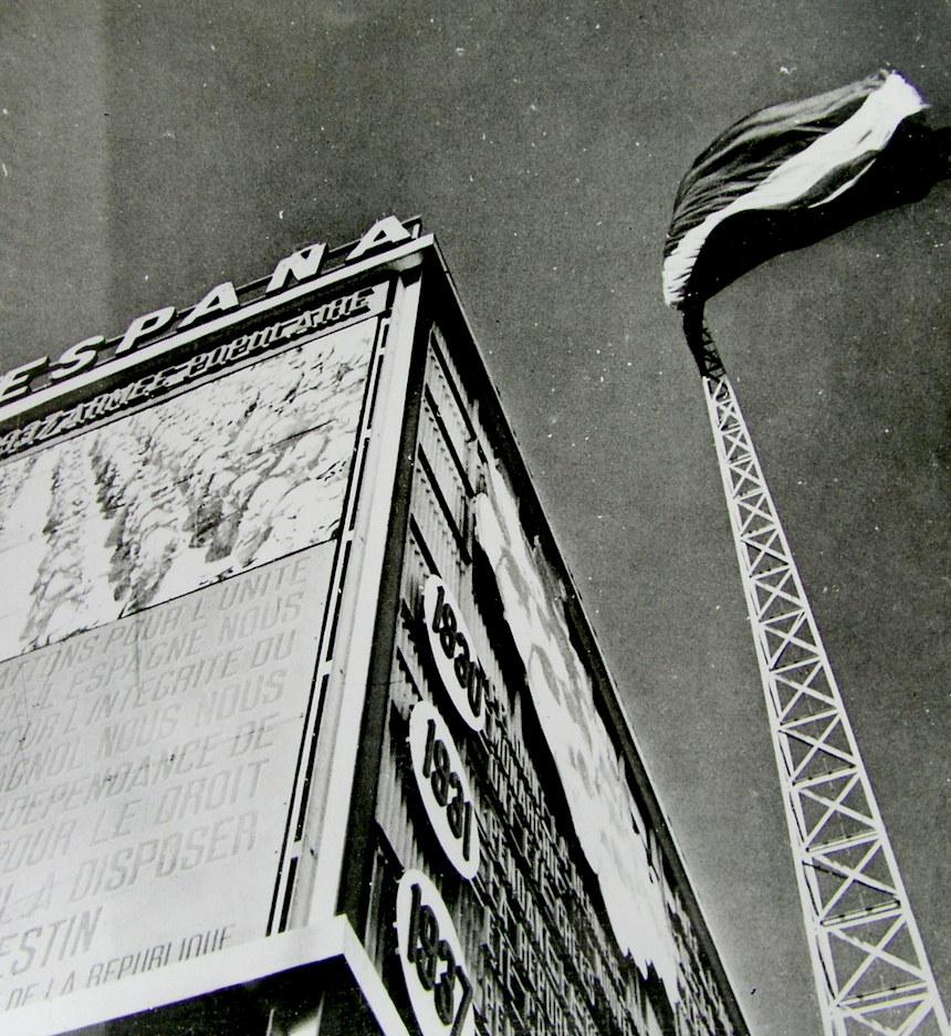 Una curiosa fotografía de la Exposición Universal de parís que Renau conservaba en su archivo, hoy en el IVAM