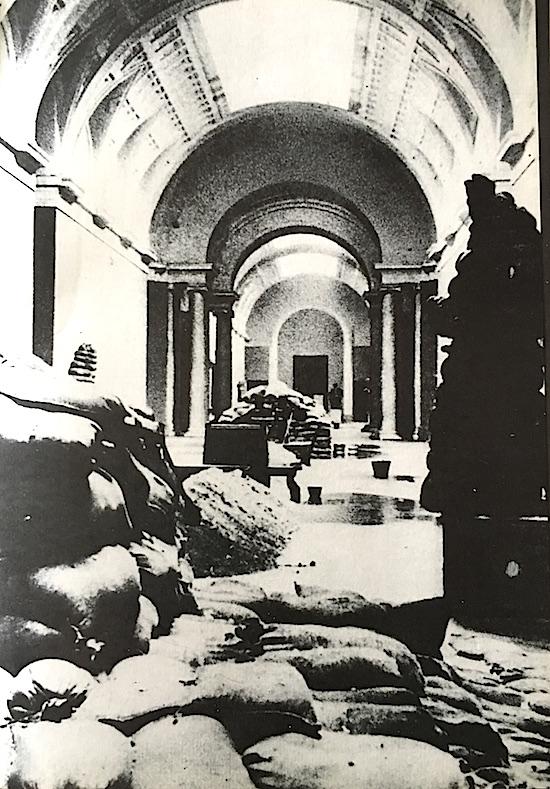 Una de las salas del Museo del Prato, sin cuadros y protegida contra los bombardeos.