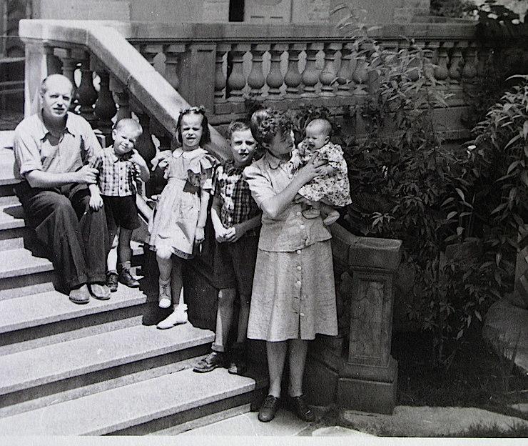 Renau, Totli, Julieta, Ruy y Manolita, con Teresa en brazos. Foto familiar realizada en México.