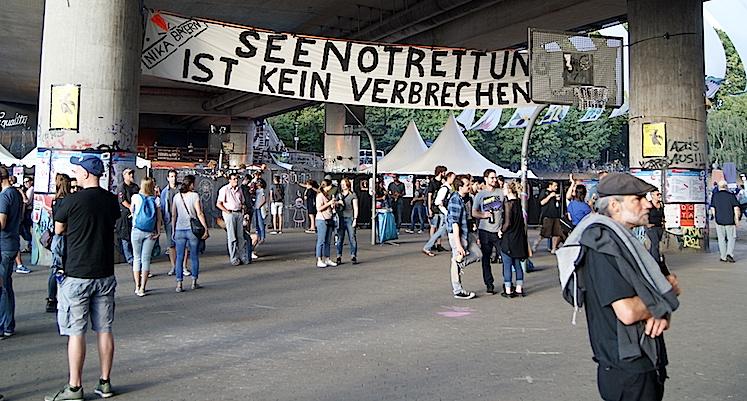 """Despilfrarro pero también solidaridad. """"El salvamento en el mar no es un delito"""", dice la pancarta en esta feria alternativa de Nuremberg."""