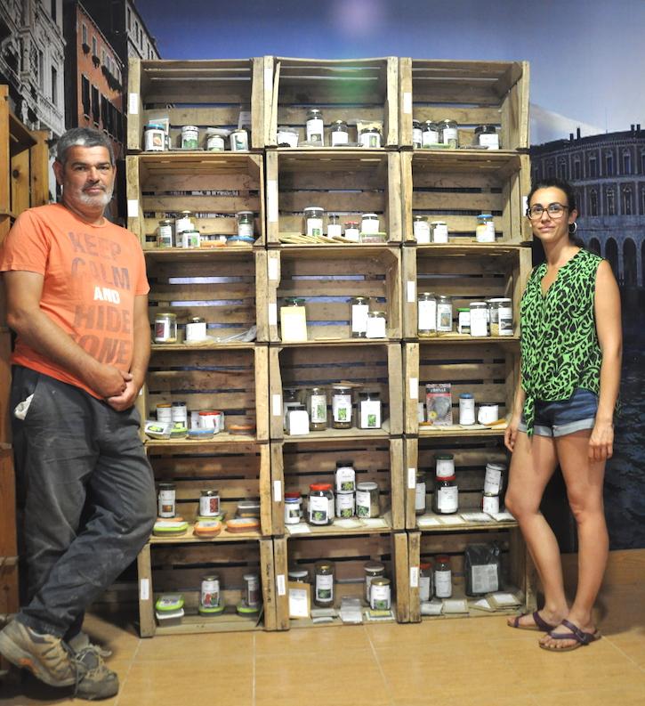 Javier y Elisa en al almacén de semillas.