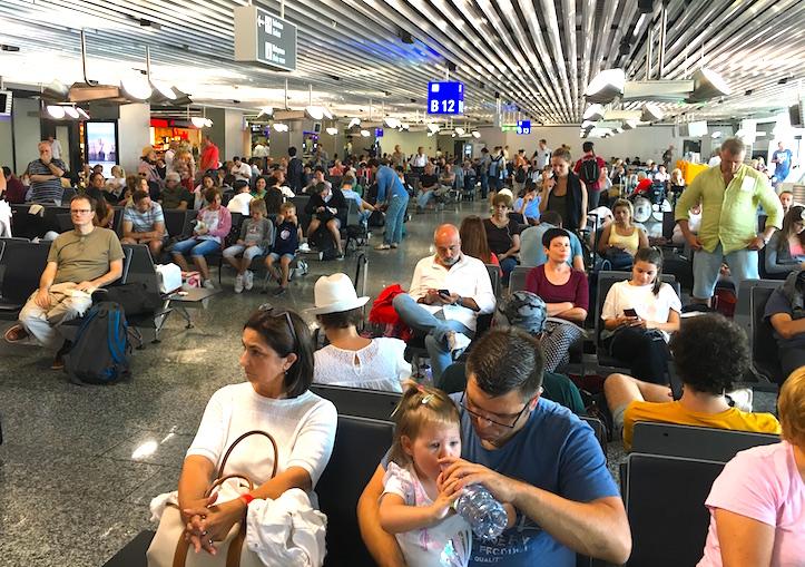 Gallinero turístico en el aeropuerto de Frankfurt