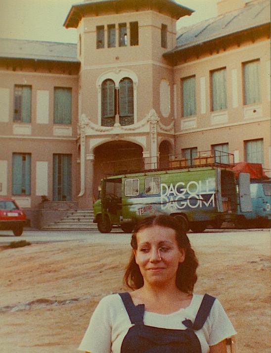"Antonia amte la furgoneta de ""Dagoll Dagom"", que casi oculta de ""Merche"" de Guirigai."