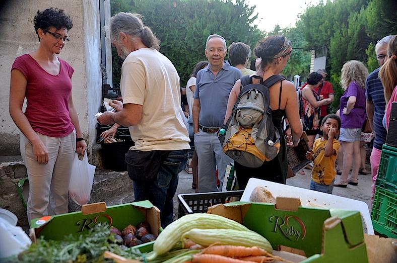 Los xx se covoca a los socios para repartir las cestas y permitir compras al público en general.