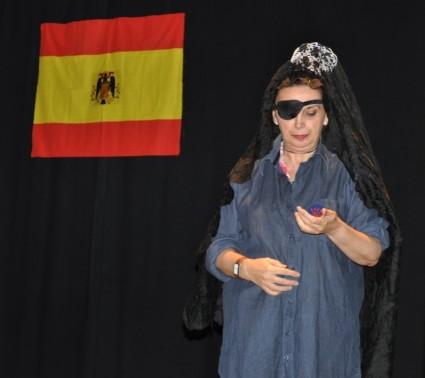 Doña Amparo mantilla y bandera