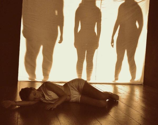 La niña tumbada ATENAS sombras