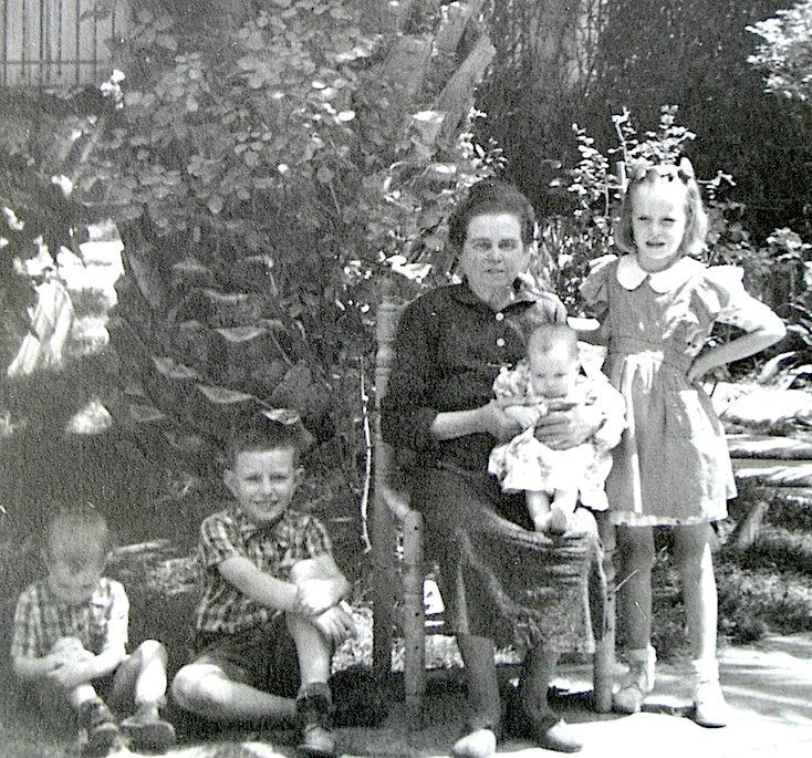 La Yaya con Teresa en brazos. A su derecha, Ruy y Totli, a la izquierda, Juelieta.