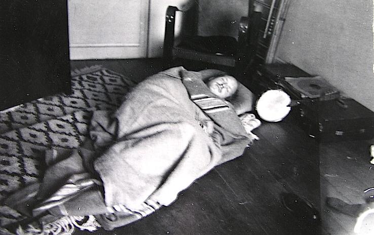 Foto de datación y ubicación incierta. Quizá Renau descansando en algún piso de Barcelona antes de la huida, o acaso en su primera residencia desamueblada en México DF. Posiblemente de 1939 ó 1940