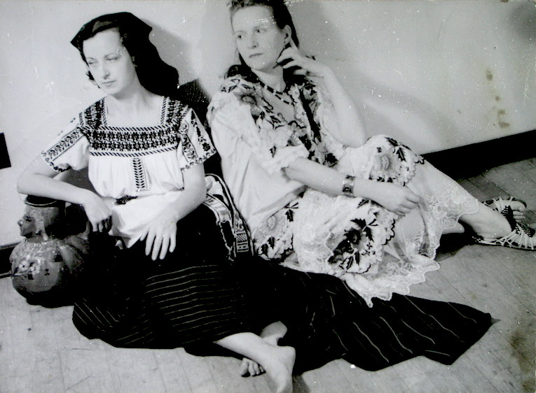 Manolita Ballester y una amiga vestidas de campesinas mexicanas.