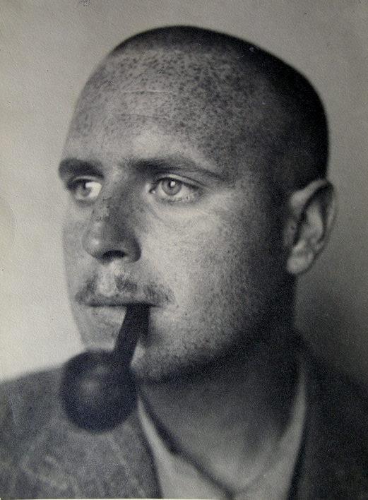 José Renau posando de sí mismo.