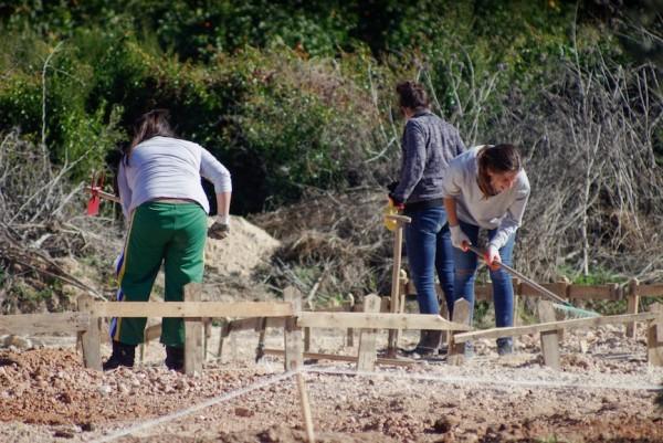 Tres jóvenes aljarafeñas preparan su parcela